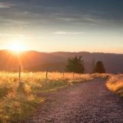 retraite-yoga-montagne-meditation-soleil
